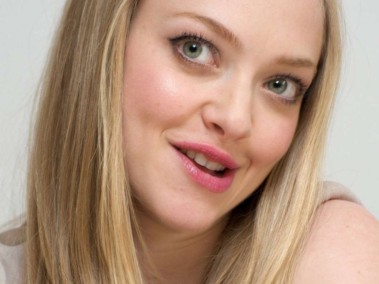 Amanda Seyfried Celebrity HD Wallpaper