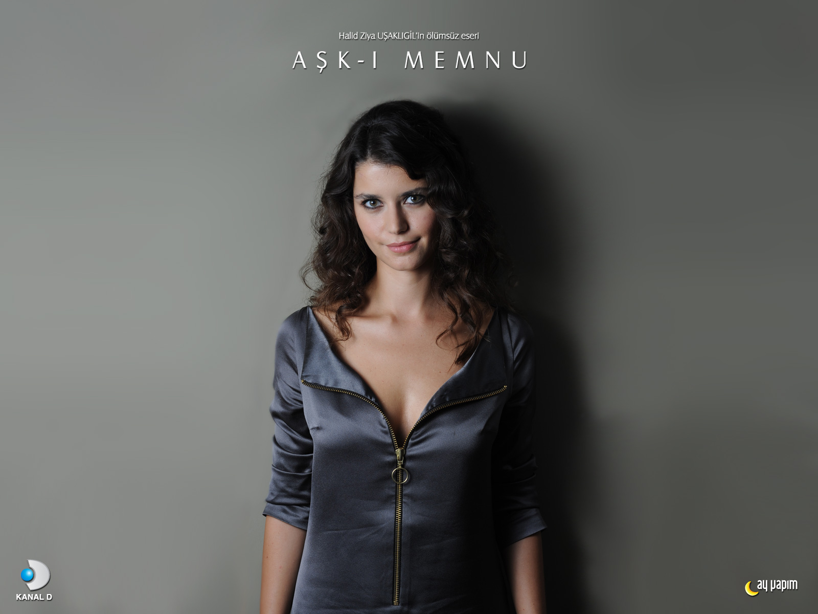 Turkish Actress Beren Saat HD Wallpaper